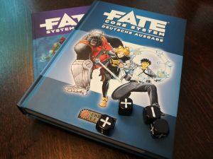 Fate-Würfel auf Fate-Büchern